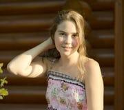 Utomhus- stående av flickan av 14 gamla år Arkivfoto