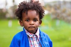 Utomhus- stående av lite afrikansk amerikanpojken - svart - chil arkivfoto