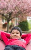 Utomhus- stående av lite pojken i en hängmatta royaltyfri bild