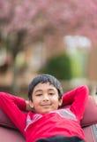 Utomhus- stående av lite pojken i en hängmatta arkivfoton