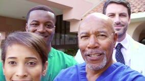 Utomhus- stående av medicinska Team Outside Hospital arkivfilmer