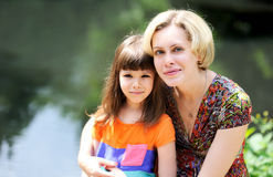 Utomhus- stående av modern och dottern fotografering för bildbyråer