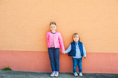 Utomhus- stående av två förtjusande barn Arkivbilder