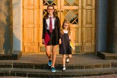 Utomhus- stående av två flickor Fotografering för Bildbyråer