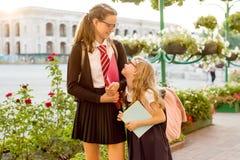Utomhus- stående av två flickor arkivfoto