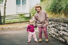 Utomhus- stående av två roliga ungar Fotografering för Bildbyråer