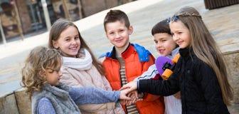 Utomhus- stående av ungar för yngre skola royaltyfri bild