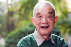 Utomhus- stående för äldre man Arkivfoto