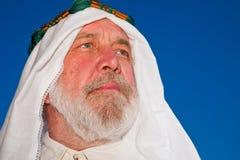 utomhus- stående för arabisk man Arkivbild