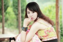 utomhus- stående för asiatisk flicka Fotografering för Bildbyråer