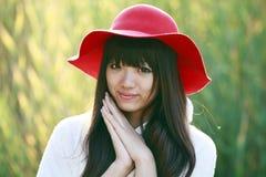 utomhus- stående för asiatisk flicka Arkivbilder