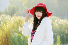 utomhus- stående för asiatisk flicka Arkivbild