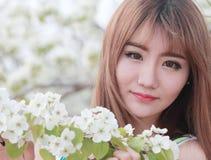 utomhus- stående för asiatisk flicka Arkivfoto