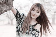 utomhus- stående för asiatisk flicka Arkivfoton