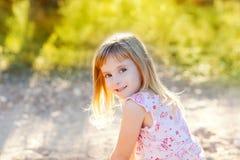 utomhus- stående för blond hapy ungenatur för flicka Arkivbild