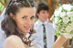 utomhus- stående för brudbrudgum Royaltyfri Fotografi