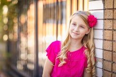 Utomhus- stående för gullig ung Caucasian flicka arkivfoto