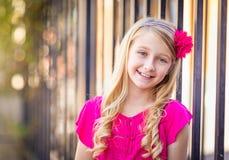 Utomhus- stående för gullig ung Caucasian flicka royaltyfria foton