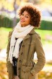 Utomhus- stående för höst av den härliga afrikansk amerikanbarnwomaen Arkivfoton