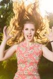 Utomhus- stående för lycklig kvinna Fotografering för Bildbyråer