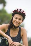 Utomhus- stående för lycklig ung aktiv cykelkvinna royaltyfri fotografi