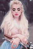 Utomhus- stående för närbild av en mycket härlig sötsak och en sexig blond flicka med perfekt hud och prickfritt smink royaltyfri bild