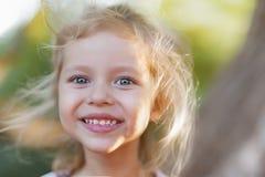 Utomhus- stående för sommar av det härliga lyckliga barnet royaltyfria bilder
