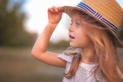 Utomhus- stående för sommar av det härliga lyckliga barnet royaltyfri foto