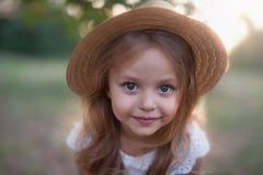 Utomhus- stående för sommar av det härliga lyckliga barnet royaltyfri bild