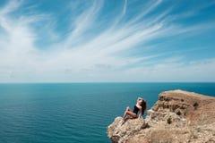 Utomhus- stående för sommarstrandvändkrets av den unga sexiga sinnliga brunbrända sportkvinnan som poserar på havet i soligt väde fotografering för bildbyråer