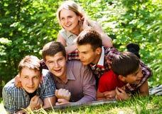 Utomhus- stående för tonårs- vänner Royaltyfri Foto