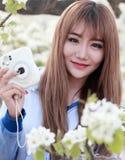 Utomhus- stående för ung asiatisk flicka Arkivbilder