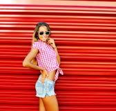Utomhus- stående för ung härlig lycklig stilfull modern flicka Arkivfoton