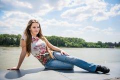 Utomhus- stående för ung kvinna Fotografering för Bildbyråer