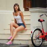 Utomhus- stående för ung nätt sexig retro hipsterstil för kvinna Royaltyfri Fotografi