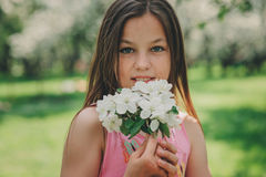Utomhus- stående för vårcloseup av förtjusande 11 år gammal preteenungeflicka Royaltyfria Foton