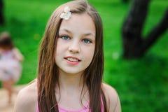 Utomhus- stående för vårcloseup av förtjusande 11 år gammal preteenungeflicka Arkivbilder