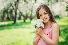 Utomhus- stående för vårcloseup av förtjusande 11 år gammal preteenungeflicka Arkivfoton