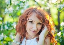 Utomhus- stående för vårmodeflicka, i att blomma royaltyfria bilder