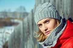 Utomhus- stående för vinter av en kvinna i en hatt och en halsduk arkivfoton