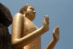 Utomhus- stående guld- Buddha på den Khao Takiab templet, Hua Hin Beach Arkivfoton