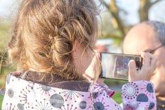 utomhus- ståendebarn för flicka Arkivfoto