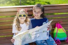 Utomhus ståendebarnturister Arkivbild