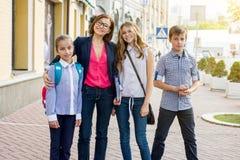 Utomhus- ståendegrupp av studenter med läraren arkivbilder
