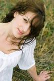 utomhus- ståendekvinna för härligt fält Arkivfoton