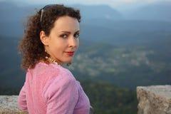 utomhus- ståendekvinna för skönhet fotografering för bildbyråer