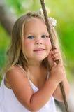 utomhus- ståendelitet barn för förtjusande flicka Arkivfoton
