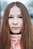 Utomhus- ståendelodlinje för ung kvinna Arkivfoton