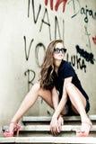 utomhus- ståendesolglasögonkvinna Royaltyfri Foto