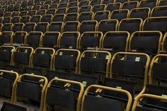 Utomhus- stadionplatser med gulingramar, raksträcka på sikt royaltyfri foto